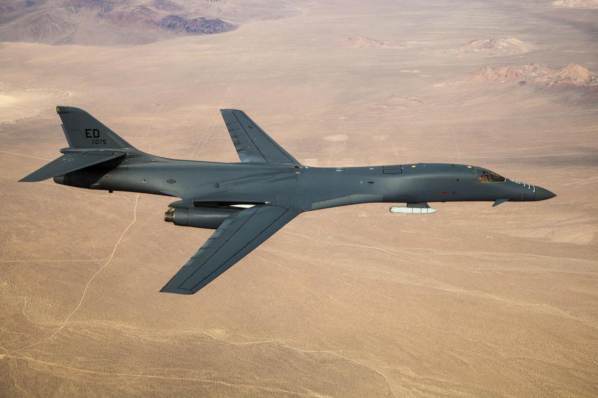 11月24日,美軍展示一架B-1B轟炸機攜帶外掛AGM-158空對地導彈飛行的圖片。B-1B內置彈倉可攜帶24枚同型導彈,加上6個外掛點,總計可攜帶30枚射程1000公里的AGM-158空對地導彈或空對艦導彈。(美國空軍)