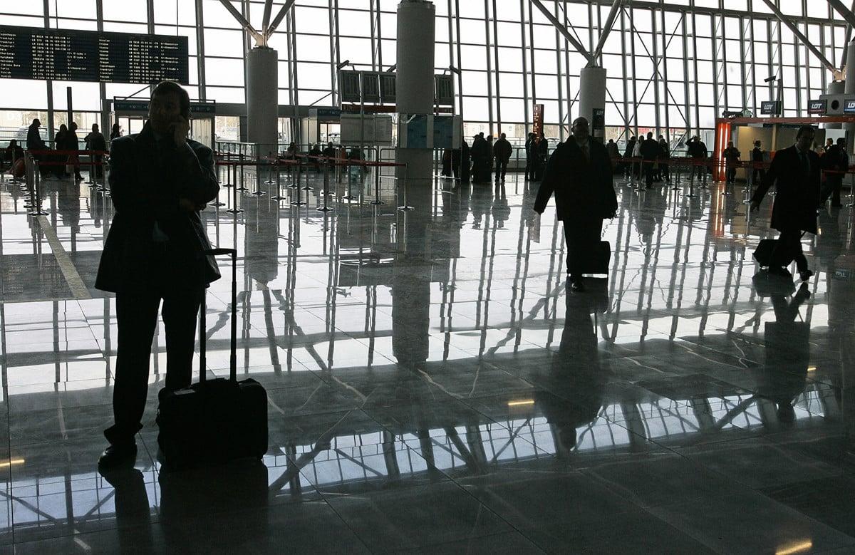 旅客在華沙的新申根標準機場等候。(JANEK SKARZYNSKI/AFP via Getty Images)