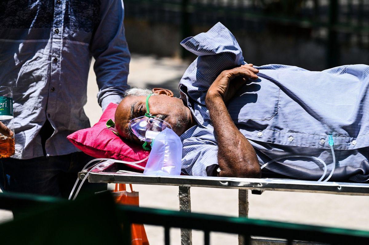 印度周六上午10點公佈,在過去24小時內該國新增了346,786個確診病例,再度創下世界新高。圖為2021年4月24日,一名Covid-19患者正準備離開新德里的一家醫院。 (SAJJAD HUSSAIN/AFP via Getty Images)