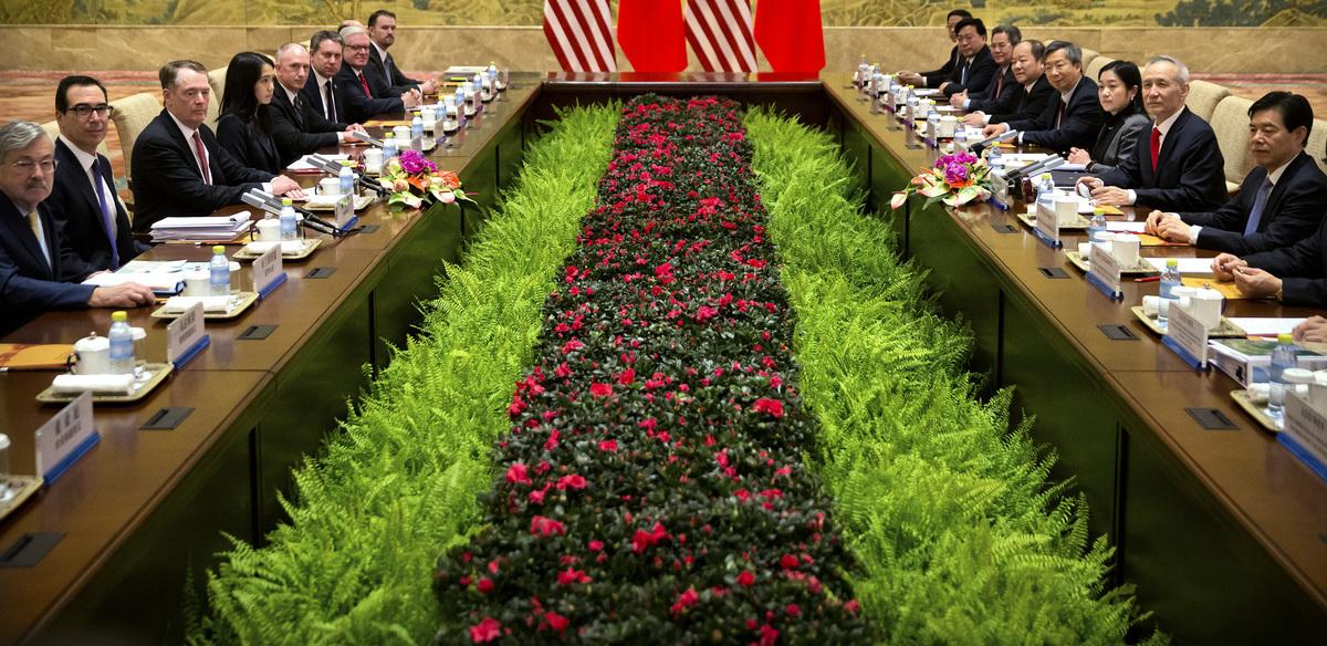 周四(2月14日),中美第七輪貿易談判部長級對話登場,知情人士透露,當天的談判陷入僵局,中共重彈老調,再提加購美國產品,不願承諾結構改革。(MARK SCHIEFELBEIN/AFP/Getty Images)