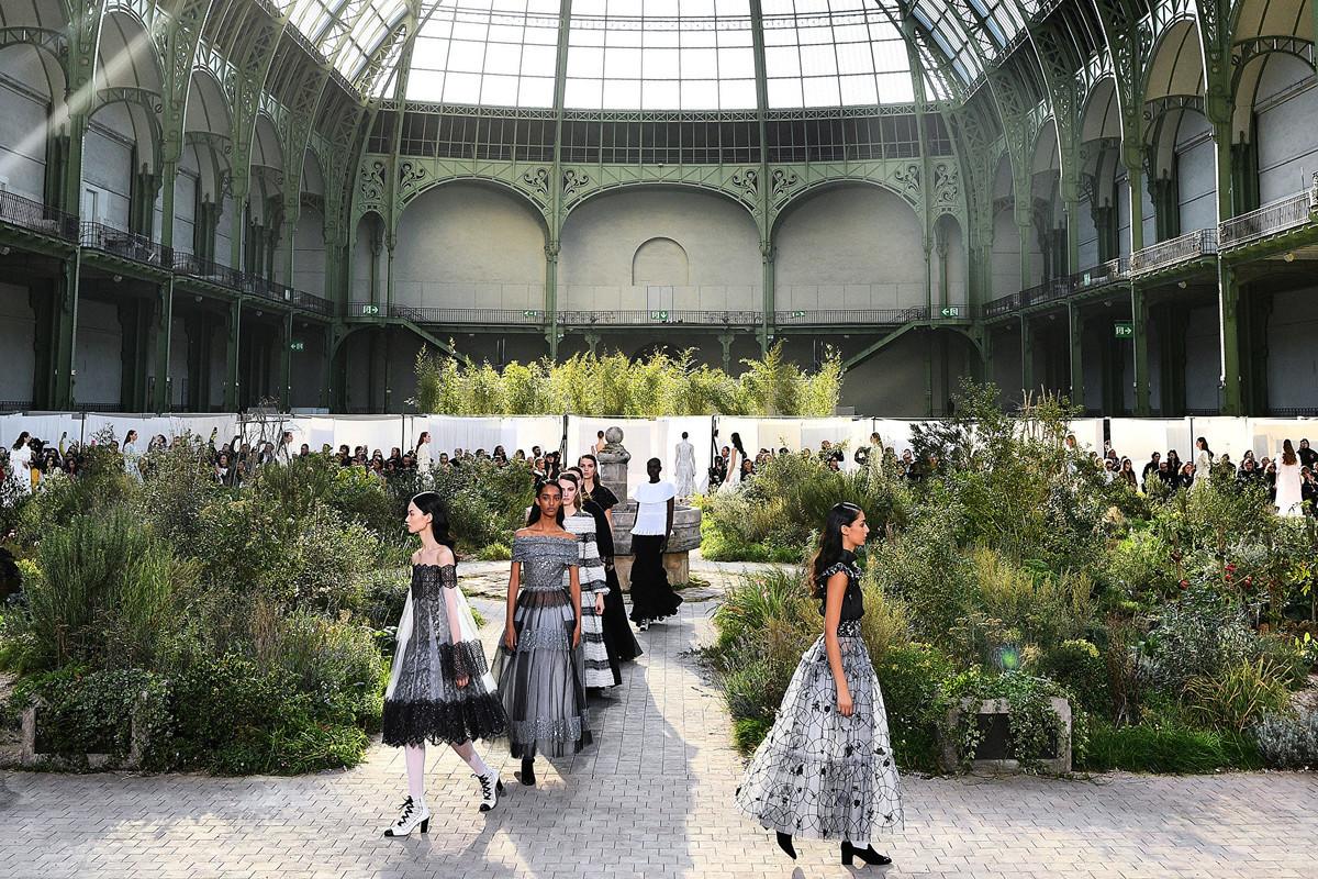 古馳(Gucci)、香奈兒(Chanel)和愛馬仕(Hermes)都已經相繼宣佈停產、專賣店關門、早春時裝周延後。圖為2020年2月21日,巴黎大王宮(Grand Palais),香奈兒2020/2021春夏高級女裝時裝秀。(Photo by Christophe ARCHAMBAULT/AFP)