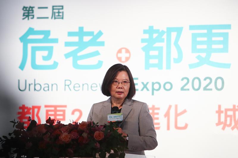 中華民國總統蔡英文2020年9月20日出席危老及都更博覽會活動,她會後受訪時表示,這不只是兩岸問題,更是區域安全問題,讓台灣人民更警覺、瞭解中共政權的本質,區域其它國家也更瞭解中國的威脅性。(中央社)