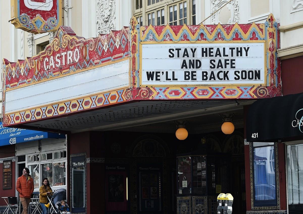 2020年3月17日,美國加利福尼亞州三藩市的一個劇院門口的招牌。(JOSH EDELSON/AFP via Getty Images)