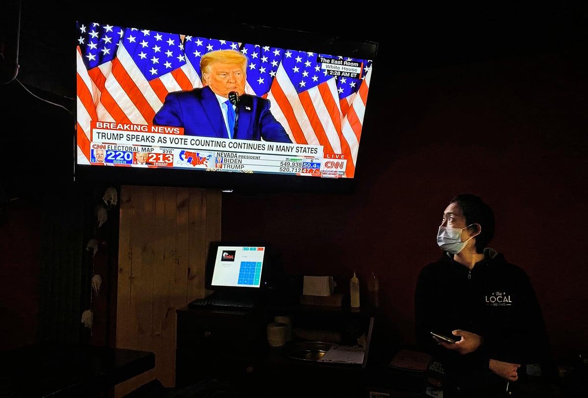 消息指,中共的紅二代、軍隊和一些知識份子,多數傾向於支持特朗普。圖為11月4日北京一處酒吧。(Kevin Frayer/Getty Images)