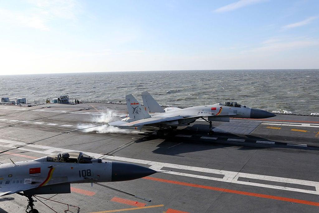 中共的航母艦載機殲-15超重,無法載滿油、掛彈從航母的滑跳式甲板起飛,只能起飛後再互相之間進行「夥伴加油」,原本數量有限的艦載機實際戰力又大打折扣。(STR/AFP via Getty Images)