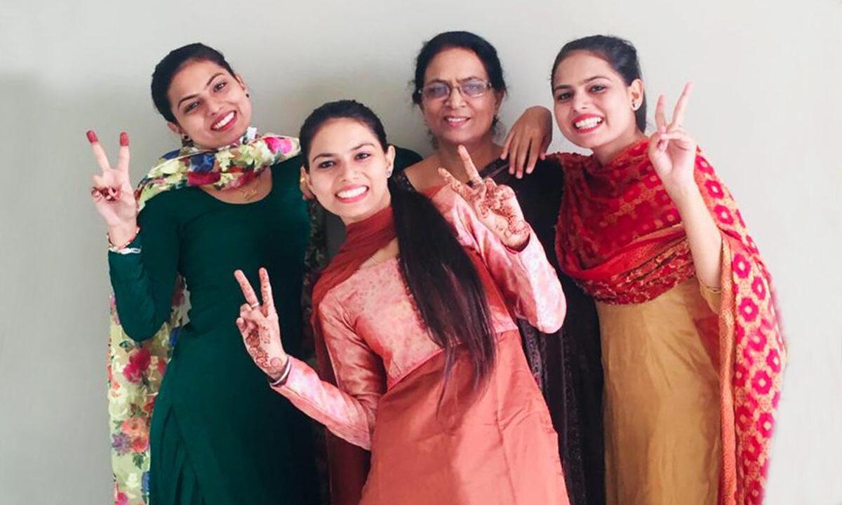 印度農村一位母親在醫生建議墮胎、失去婚姻和家庭以及鄰里嘲諷的巨大壓力下,依然勇敢地選擇維護生命的權利,並獨自撫養三胞胎女兒長大。(女兒桑迪提供)