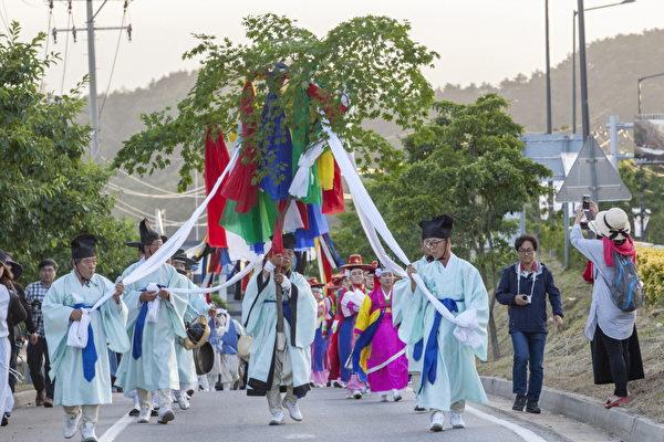 2018年江陵端午祭迎神活動。(端午祭委員會)