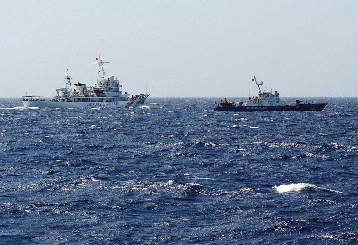 美國國防部在8月26日發表聲明說,中共持續恫嚇南海鄰國,違反印太地區的國際秩序。圖為2014年5月14日,中共海岸巡防隊的船隻(圖左)與越南海岸巡防隊的船隻(圖右)在南海相遇。(HOANG DINH NAM/AFP/Getty Images)