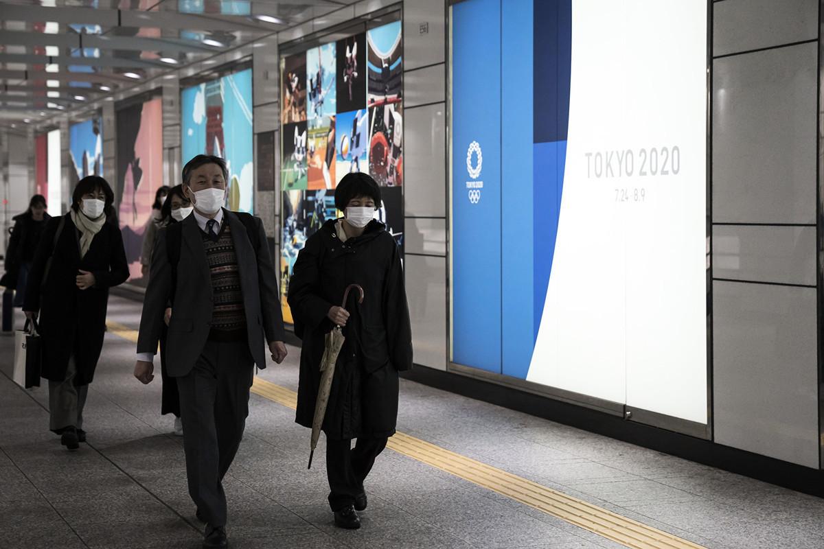 戴著口罩的日本行人。攝於2020年2月26日。(Tomohiro Ohsumi/Getty Images)