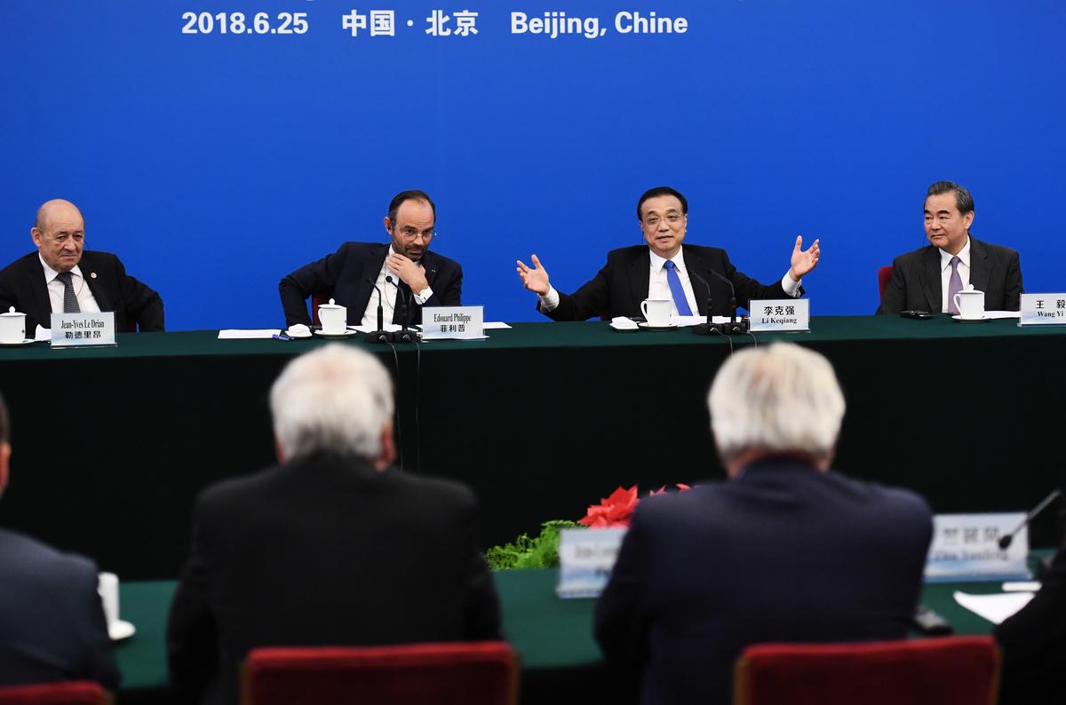 中美之爭,歐洲將成為中美之間新冷戰中地緣政治衝突的主要戰場,但中共拉攏歐洲失敗,正失去這一戰場。圖為2018年6月,中共國務院總理李克強在北京與法國總理和法國商業領袖的會談中講話。(GREG BAKER/POOL/AFP)