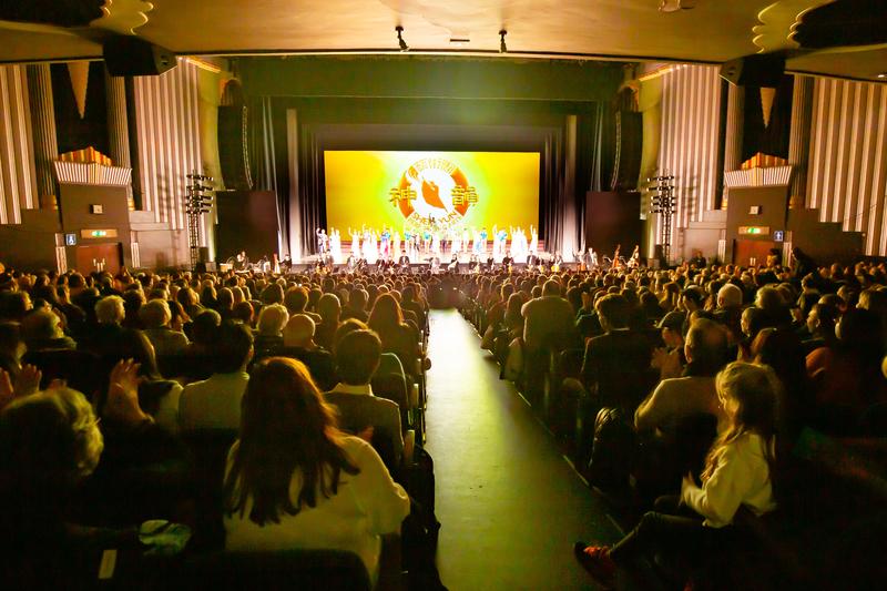 2020年1月18日,神韻國際藝術團在英國倫敦Eventim Apollo劇院的兩場演出爆滿。(羅元/大紀元)