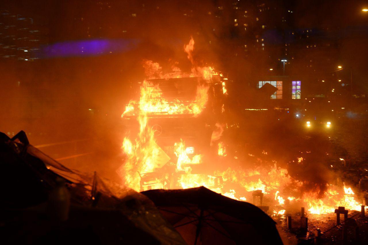 11月17日晚,港警的裝甲車剛直接硬闖進來,抗爭者陣地差點失守而群丟汽油彈,讓裝甲車著火退撤。(大紀元)