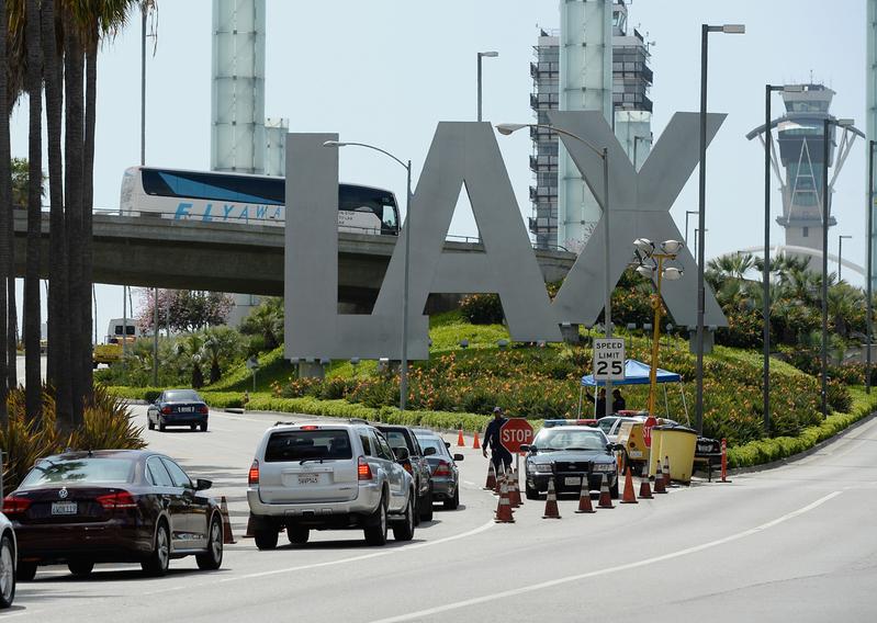 中共軍方研究人員王鑫涉嫌簽證欺詐,被美國司法部起訴。根據最近啟封的法庭文件,2020年6月7日,王鑫試圖搭機逃回中國,在洛杉磯機場被美國執法人員攔下。圖為洛杉磯國際機場(LAX)。(Getty Images)
