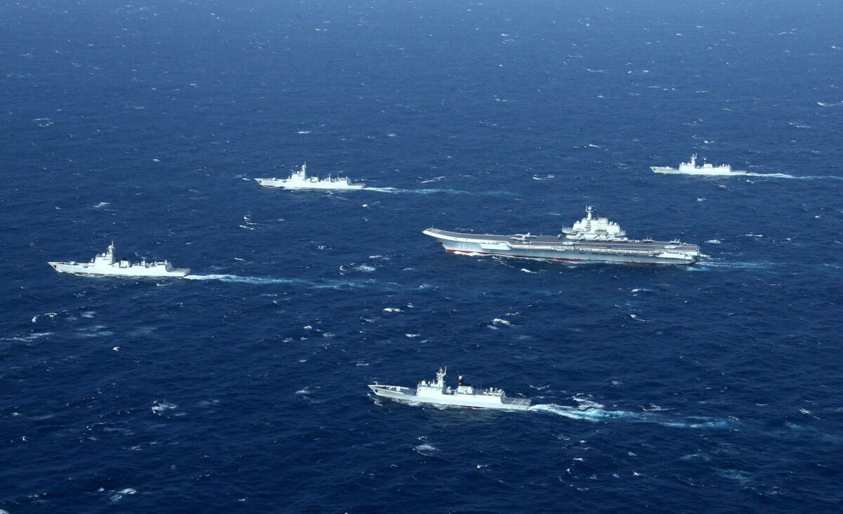 2017年1月2日,中國海軍編隊,包括「遼寧」號航空母艦,在南海進行軍事演習。(STR/AFP via Getty Images)
