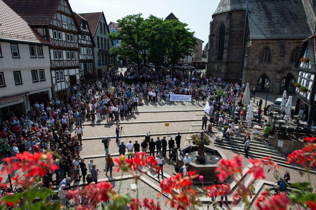 6月22日,數千名市民在卡塞爾附近舉行集會,悼念當地被新納粹分子謀殺的政治家呂布克(Walter Luebcke)。(SWEN PFORTNER/AFP/Getty Images)
