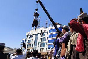 塔利班在城市廣場用吊車示眾罪犯屍體