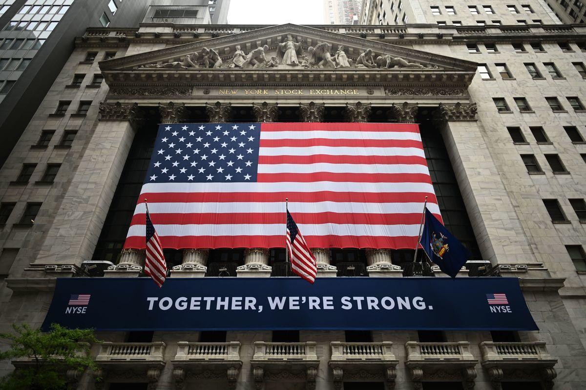 美國經濟與安全審查委員會(USCC)近日發佈報告指出,在美國主要證券市場上市的中國企業至少有217間,其中包括13間中共國企。圖為紐約市華爾街的紐約證券交易所(NYSE)。(Johannes EISELE/AFP)
