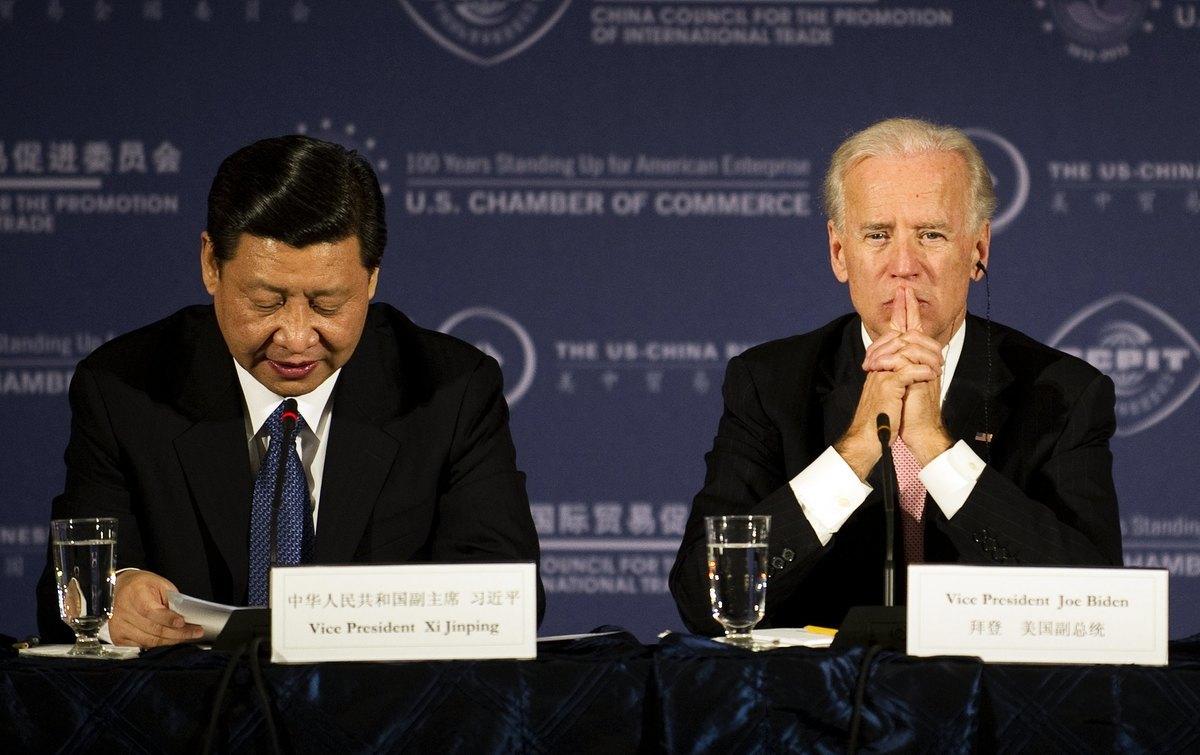 2012年2月14日,還是中共接班人的習近平訪問美國期間,與時任美國副總統拜登在華盛頓參加一個商業圓桌會議。(Jim Watson/AFP via Getty Images)