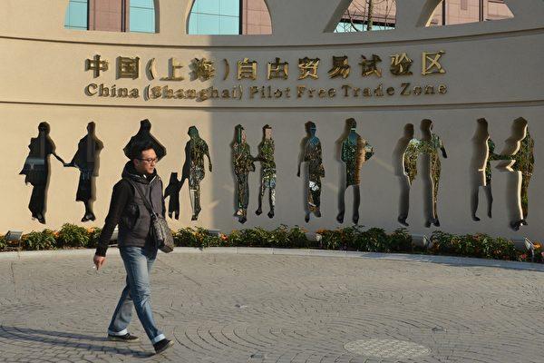 上海的外高橋保稅區作為中國的第一個自貿區,目前區內許多辦公室人去樓空,曾經熙熙攘攘的美食街攤商也歇業,用過的筷子和塑料盒散落在地。(PETER PARKS/AFP)