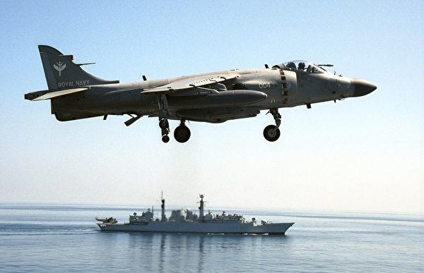 2001年10月24日,一架從英國航空母艦上起飛的海獵鷹戰鬥在演習中,該型戰機參加了1982年福克蘭島之戰。(Mohammed Mahjoub/AFP via Getty Images)