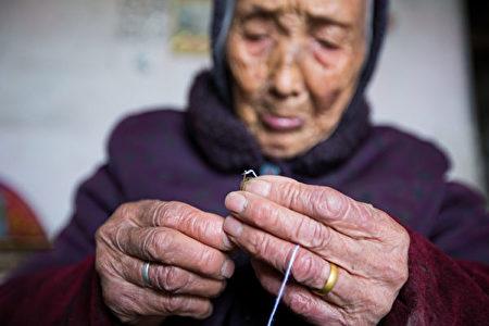 浙江省紹興市一位90歲的婦女獨自一人生活。(AFP via Getty Images)