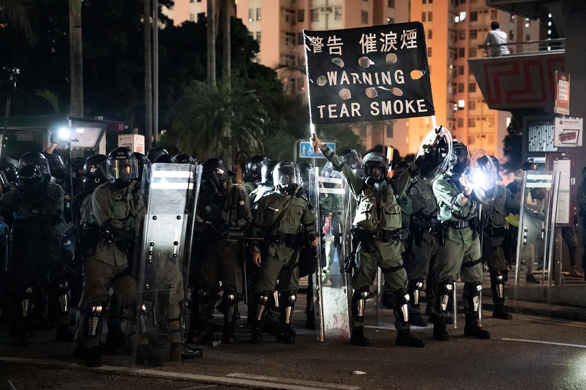 2019年8月5日,香港黃大仙區,警方對反送中示威民眾發射催淚彈。(Anthony Kwan/Getty Images)