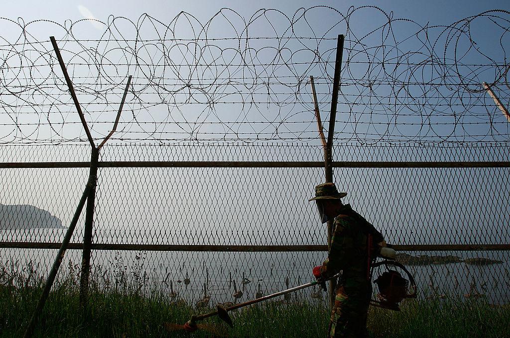 圖為2010年6月,南韓士兵在白翎島上割草。(Photo by Chung Sung-Jun/Getty Images)