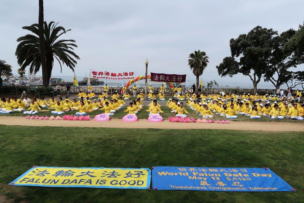 圖為2019年5月12日,洛杉磯部份法輪功學員於聖莫妮卡海灘慶祝第二十屆「5‧13世界法輪大法日」、法輪大法洪傳27年暨法輪功創始人李洪志師父68歲華誕。(徐繡惠╱大紀元)