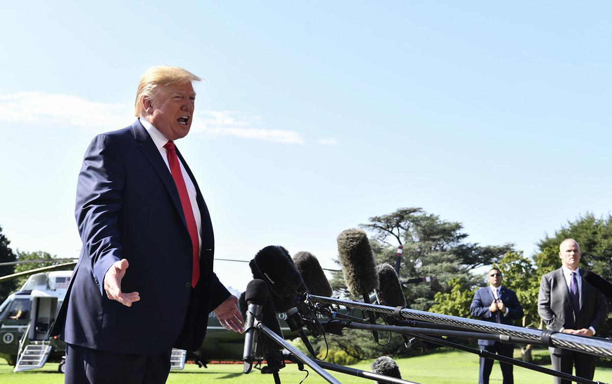 美國總統特朗普周五(8月9日)在白宮南草坪表示,美國將切斷與中國電信巨頭華為的關係。他還表示,沒準備好和中方達協議,暗示可能取消9月美中談判。(Nicholas Kamm / AFP)