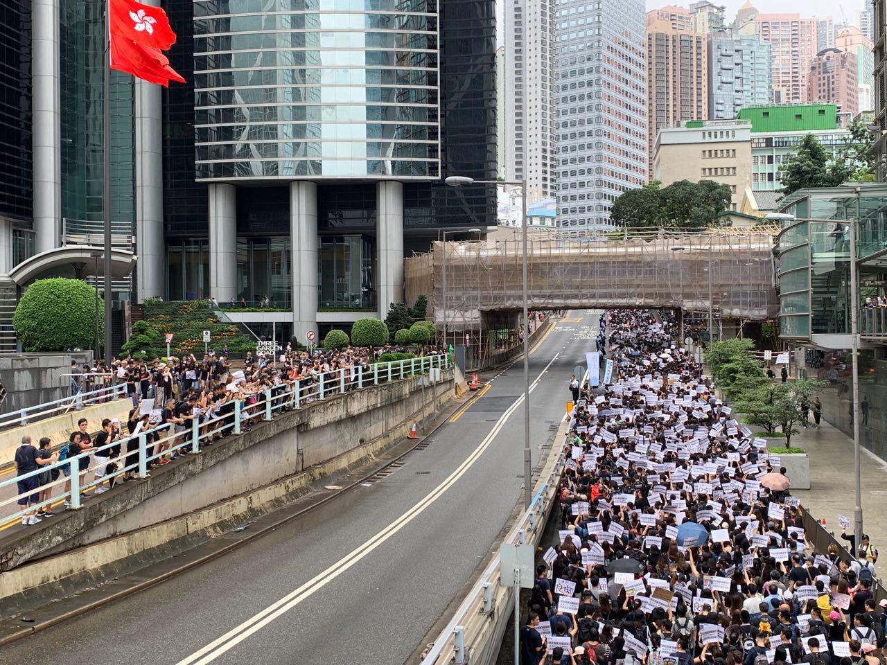 2019年8月17日,香港教育界「守護下一代 為良知發聲」的集會遊行,遊行者高喊林鄭下台。(駱亞/大紀元)