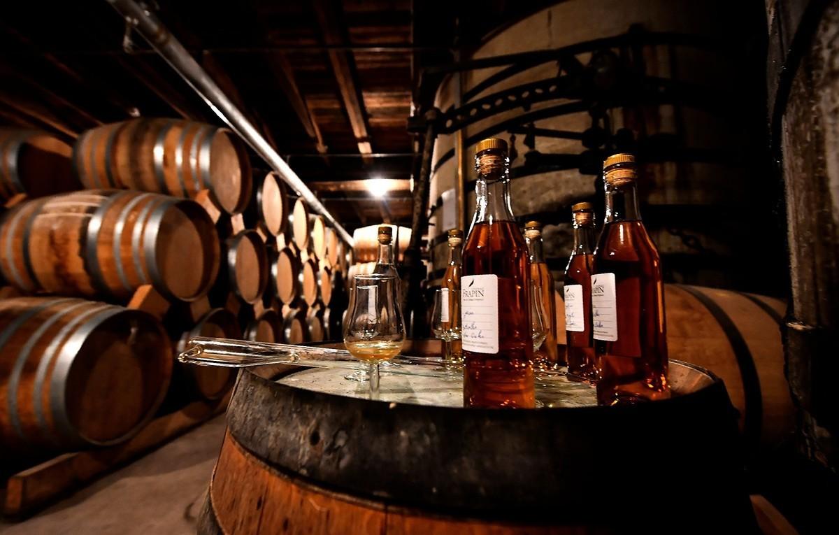 法國科涅克乾邑白蘭地酒桶在儲存成熟過程中,塞貢扎克(Segonzac)地區的梅森・弗拉平(Maison Frapin)釀酒廠,攝於2018年10月3日。(GEORGES GOBET/AFP via Getty Images)