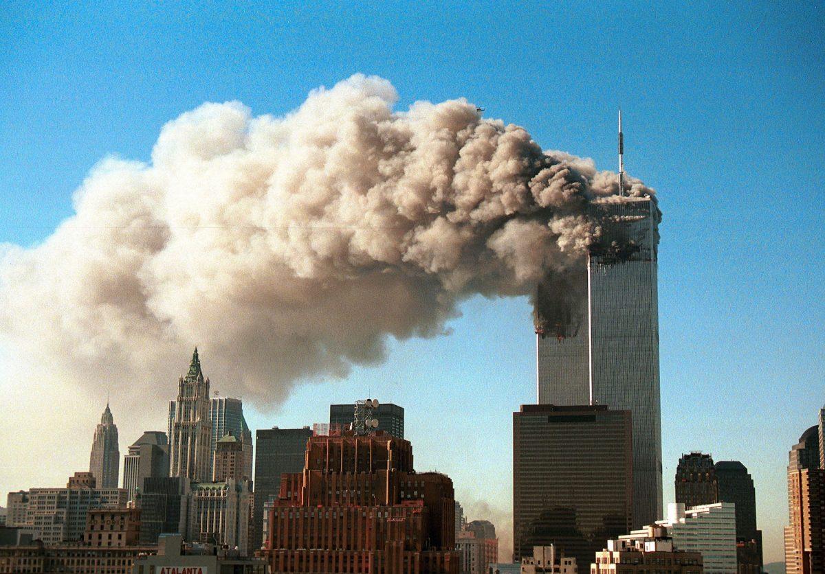 2001年9月11日,紐約世貿中心的雙子大廈被兩架劫持的客機撞擊後,濃煙滾滾。(Robert Giroux/Getty Images)