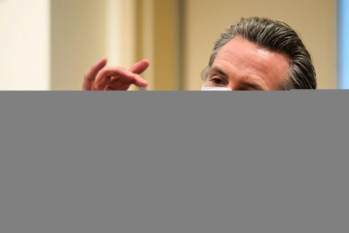 加州州長紐森(Gavin Newsom),近日解除大沙加緬度地區的居家令,然而該區的ICU空床率,目前只有9%。有學者質疑,當局以何依據來做預測。圖為紐森資料照。(JAE HONG/POOL/AFP via Getty Images)