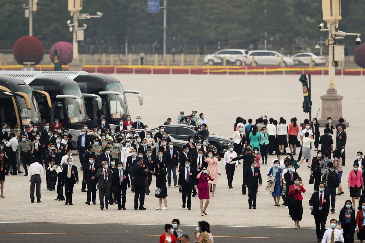 圖為5月21日中共政協會議開幕,戴著口罩的中共代表們準備進入會場。(Getty Images)