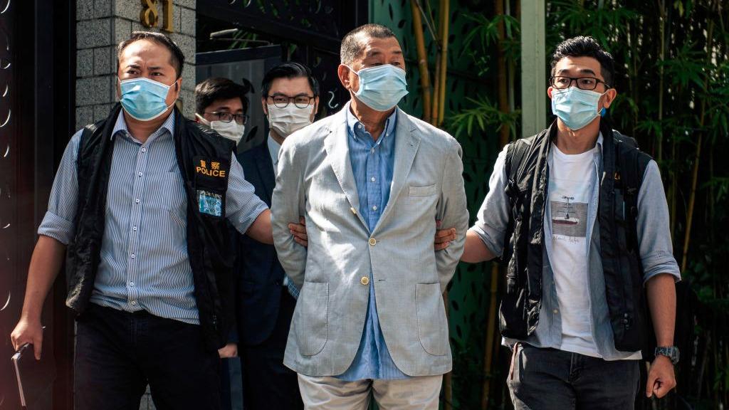 香港媒體大亨黎智英等7人8月10日被捕,美、英及歐盟多國齊聲回應,譴責中共侵犯媒體自由。圖為黎智英(中)。(VERNON YUEN/AFP via Getty Images)