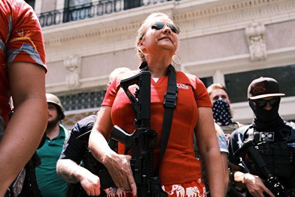 2020年7月蔡斯在一次關於持槍的公開集會上。(Eze Amos/Getty Images)