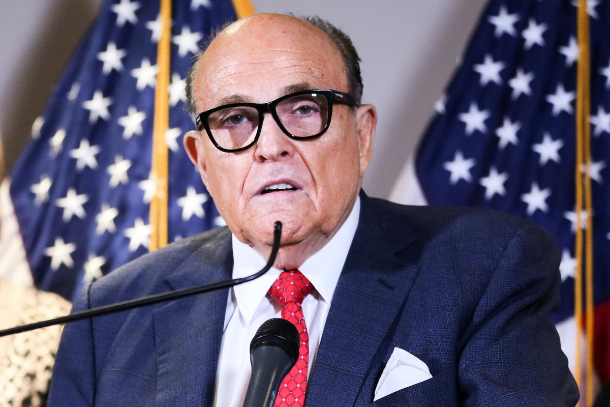 特朗普團隊主要律師魯迪·朱利亞尼(Rudy Giuliani)2020年12月21日表示,律師團隊要求美國最高法院推翻賓夕凡尼亞州最高法院三項判決的司法行動,只是推翻選舉欺詐眾多努力中的第一步。圖為2020年11月19日,朱利亞尼在華盛頓DC召開記者會的畫面。(Charlotte Cuthbertson/The Epoch Times)