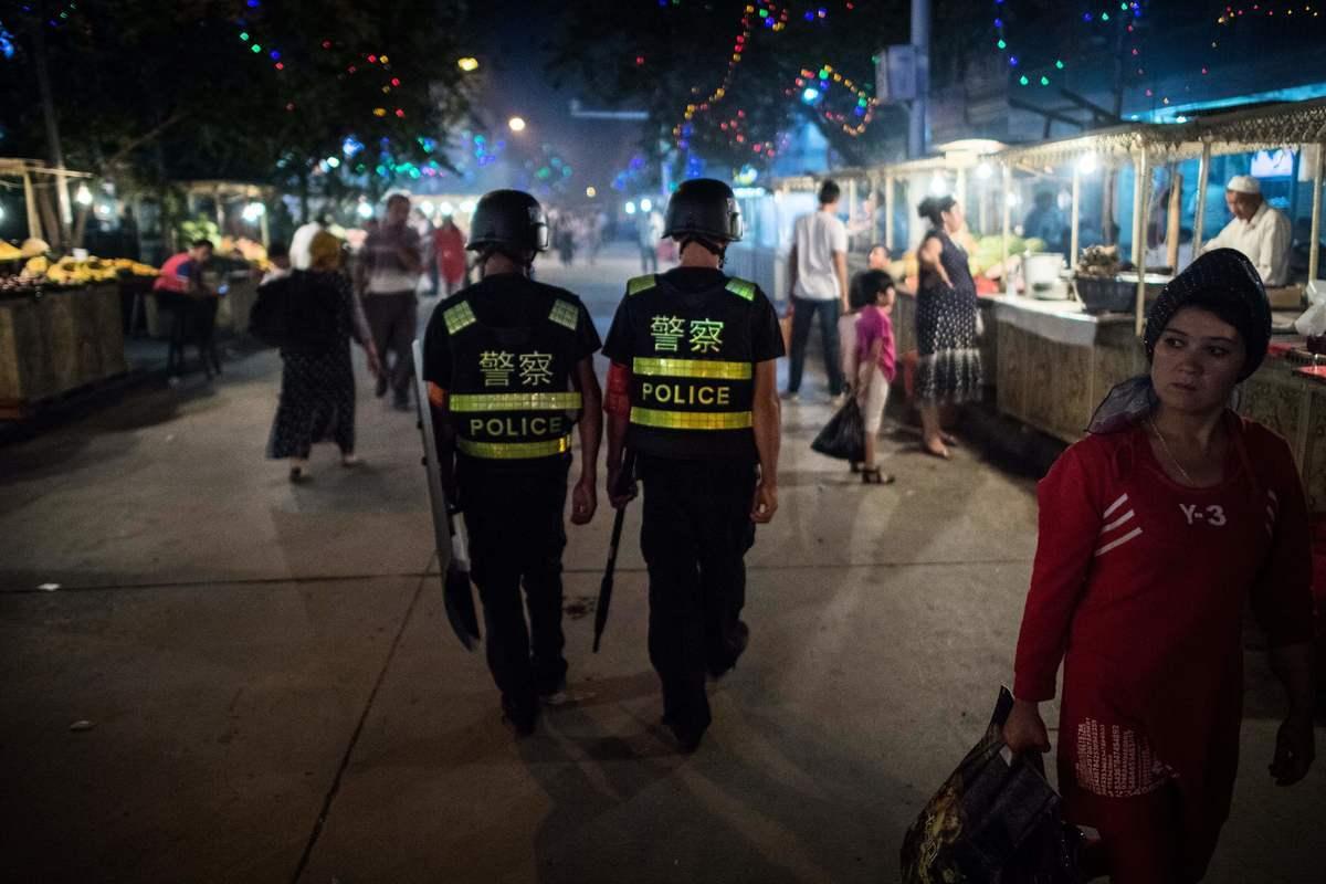 中共對新疆維吾爾人進行嚴密監視,並建立拘押100萬維吾爾人的集中營。圖為新疆的一個市場。(JOHANNES EISELE/AFP/Getty Images)