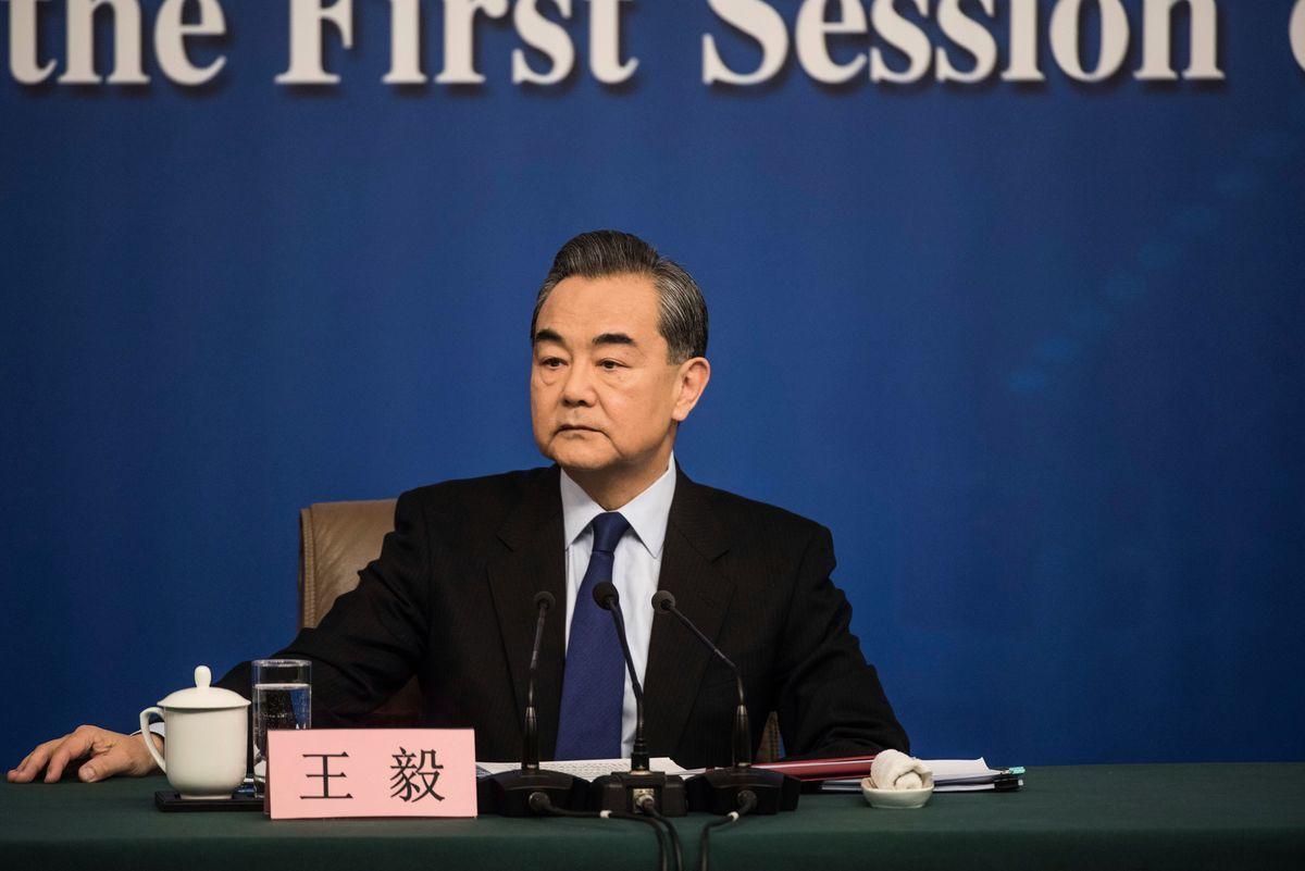 中共外交部長王毅動輒用霸氣訓斥的語調發言,被網民指:不如粗野村夫。不過日前變臉了。圖為王毅資料照。(FRED DUFOUR/AFP/Getty Images)