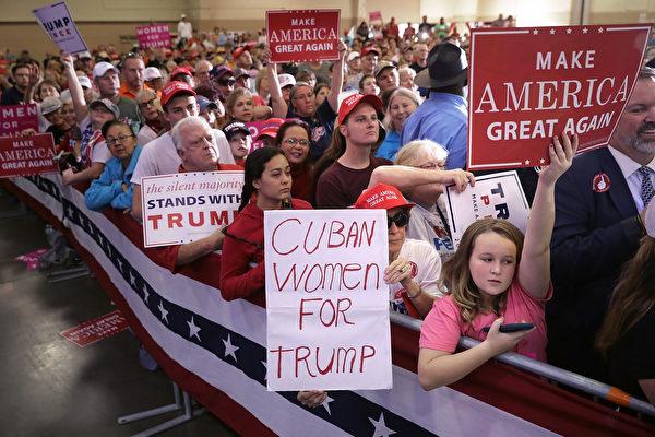 2016年美國大選進入倒數第2天,四家民調機構公佈全國民調結果,五家民調公佈五個州的民調結果,搖擺州(選區)仍維持14個。(Chip Somodevilla/Getty Images)