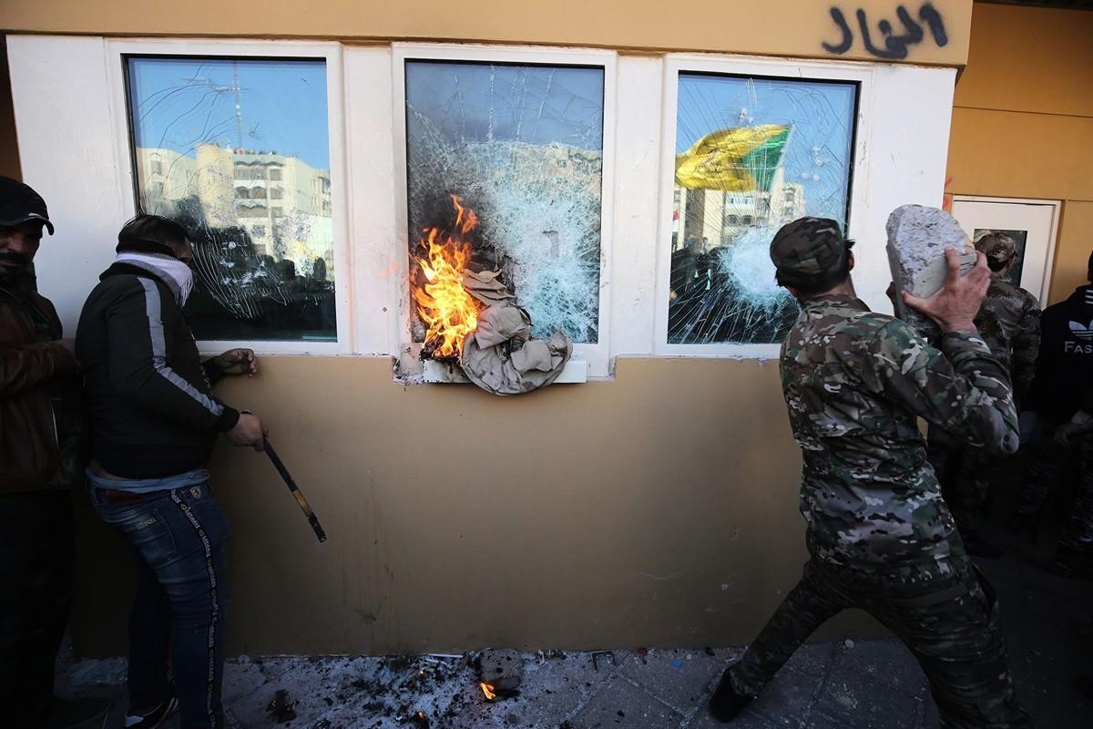 周二(2019年12月31日),伊拉克什葉派民兵支持者攻擊美國大使館。(AHMAD AL-RUBAYE/AFP via Getty Images)