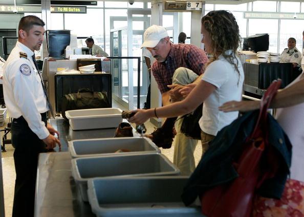 美國政府擬在今年頒佈新規定,要求一般客機上的鋰電池和攜帶電池的電量不超過30%。圖為民眾排隊通過登機行李檢查。(Alex Wong/Getty Images)