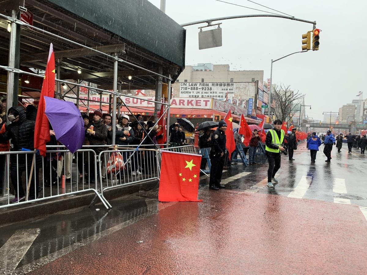 法拉盛新年遊行中,親共團體反某教聯盟組織幾百人打五星血旗,意圖顯示紅旗「佔領美國」。(大紀元資料圖片)
