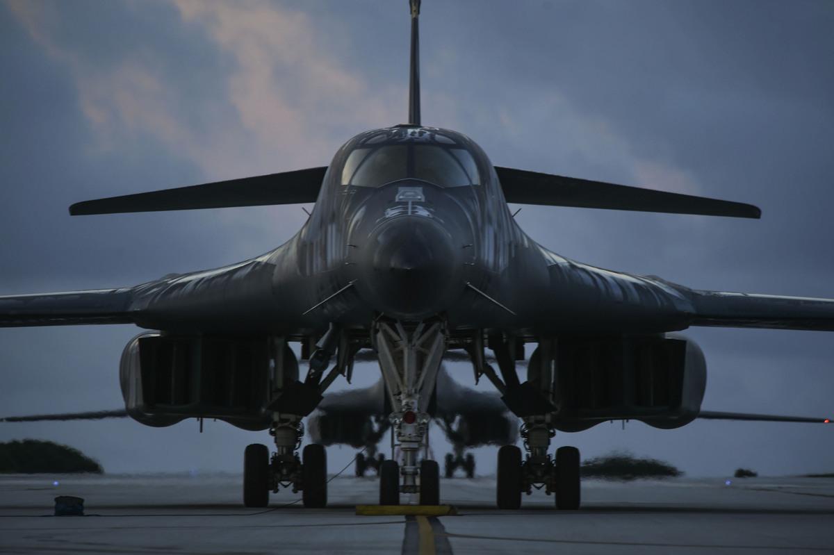 2020年10月21日,關島安德森空軍基地,兩架B-1B轟炸機在跑道上待命。(美軍印太司令部)