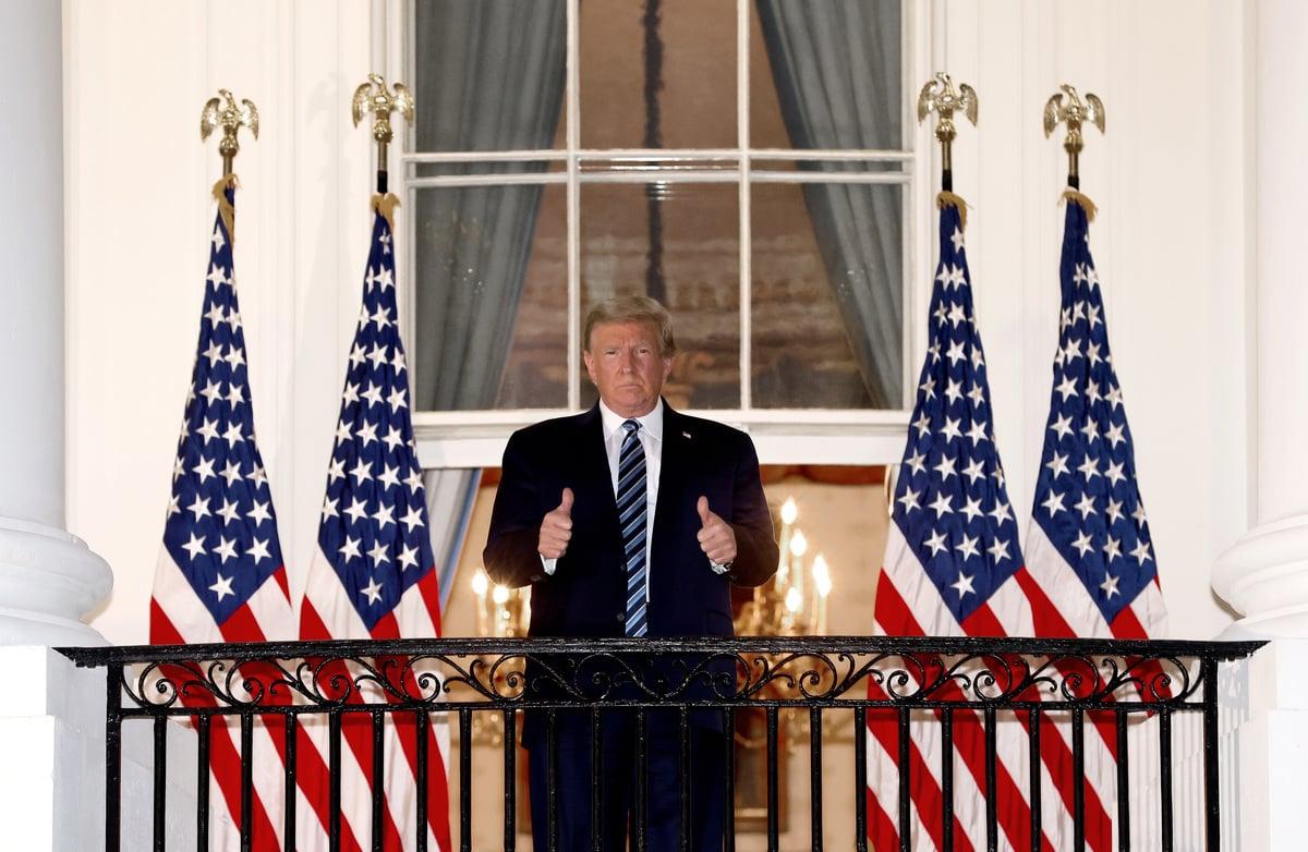 10月5日,美國總統特朗普從沃爾特.里德國家軍事醫療中心返回白宮時豎起大拇指。 (Win McNamee/Getty Images)
