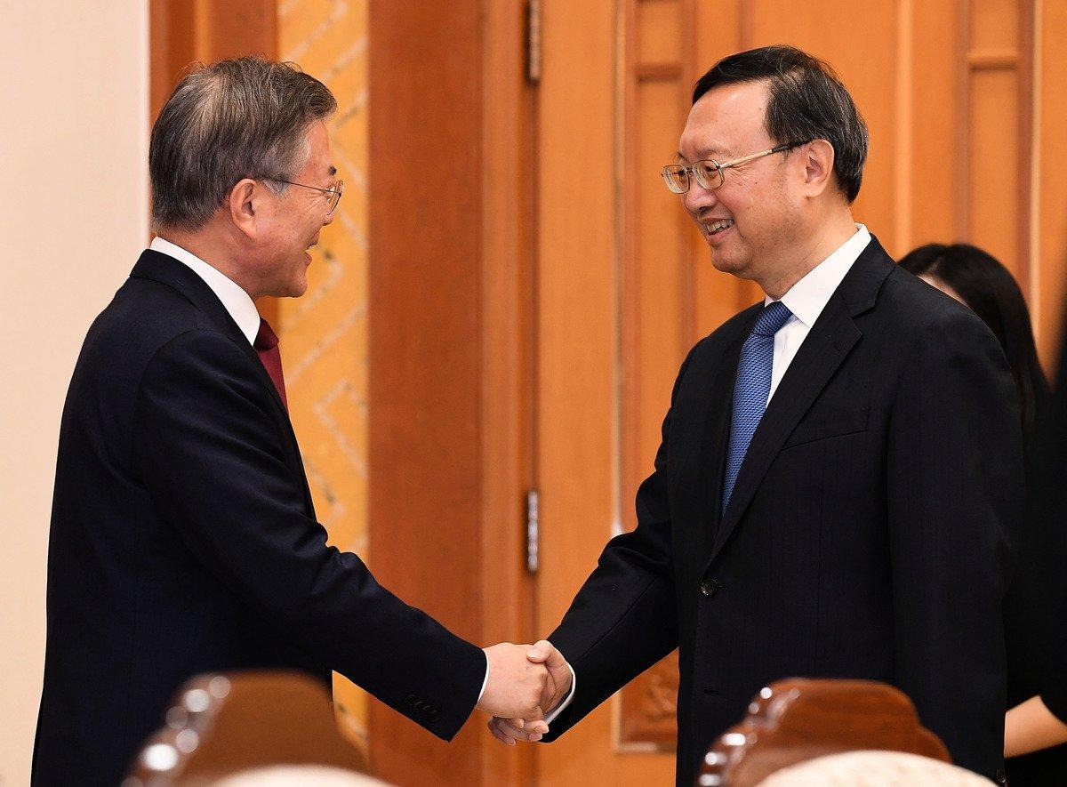 2018年3月30日中央外事辦主任楊潔篪訪問南韓首爾,與南韓總統文在寅握手。(Kim Min-Hee-Pool/Getty Images)