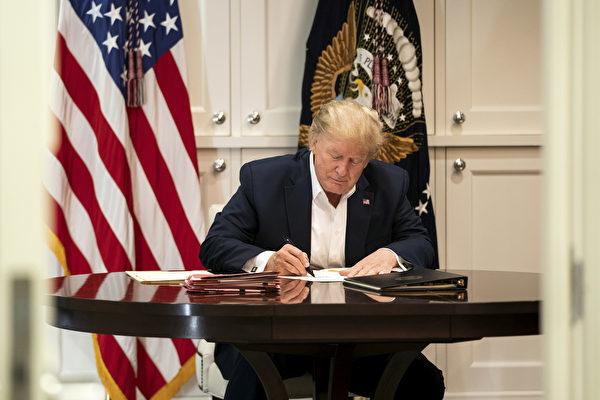 特朗普2020年10月3日在位於馬里蘭州貝塞斯達的沃爾特·里德國家軍事醫學中心的會議室工作。(Joyce N. BOGHOSIAN/The White House/AFP)