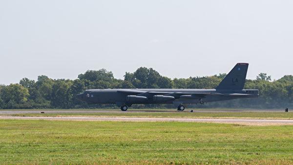 2021年8月30日,美軍的B-52轟炸機從關島起飛,隨後與F-35C戰機匯合,參加反介入演習。(美國印太司令部推特)