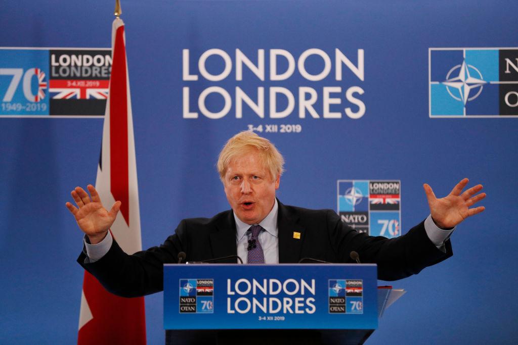 英國首相鮑里斯・約翰遜(Boris Johnson)在周三(12月4日)記者會上表示,如果華為有可能危及英國國家安全,或危及到英國與其他「五眼」國家的合作,英政府將把華為排除在5G網絡建設之外。(Adrian Dennis – WPA Pool/Getty Images)