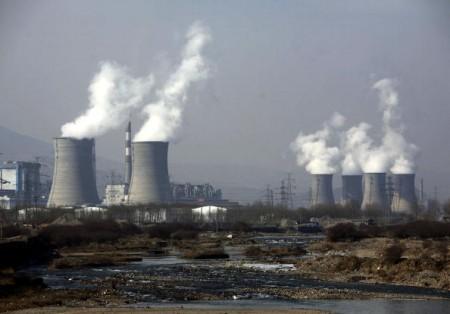 圖為青海省大通燃煤火力發電廠的蒸汽從冷卻塔不斷冒出。(China Photos/Getty Images)